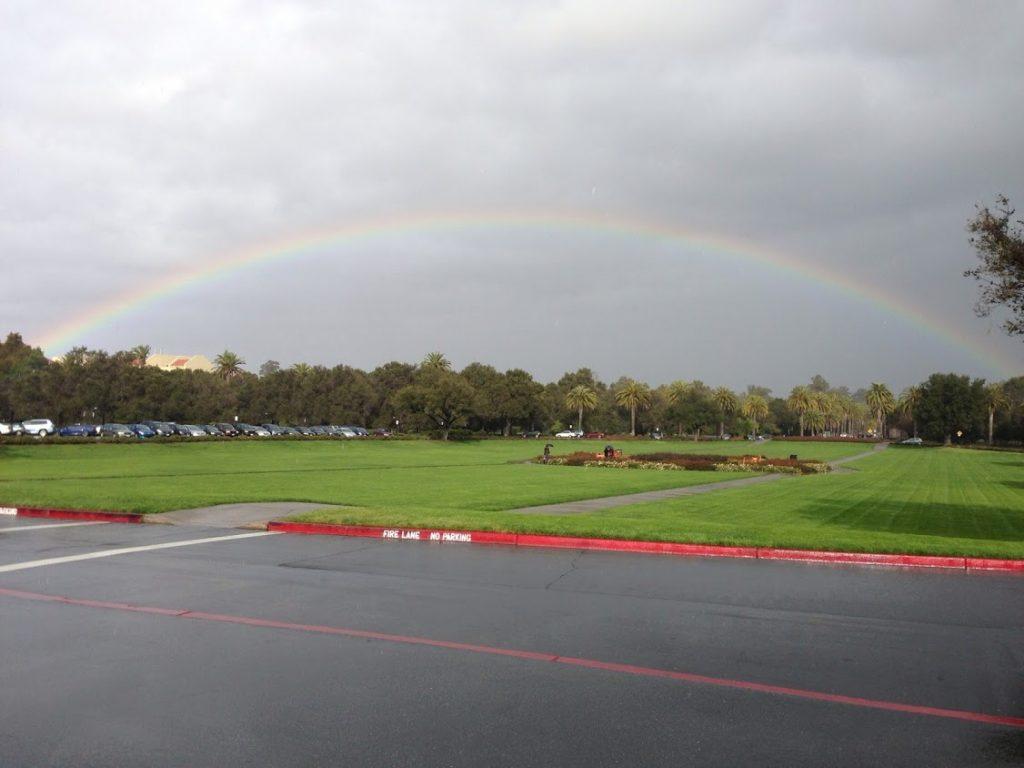 スタンフォード大学のオーバルにて、雨があがり曇り空の中に現れた虹